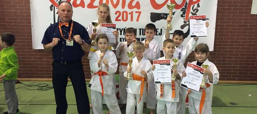 Trener Tomasz Gąska ze swoimi zawodnikami z Iławskiego Klubu Kyokushin Karate