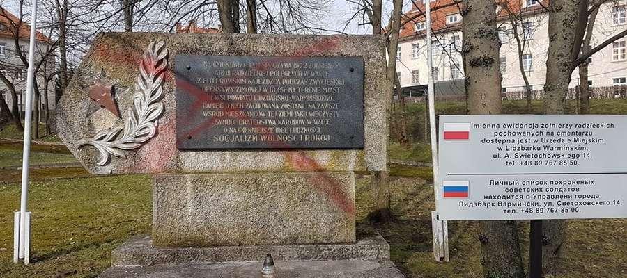 Pomalowana przez wandali tablica na cmentarzu żołnierzy radzieckich w Lidzbarku Warmińskim