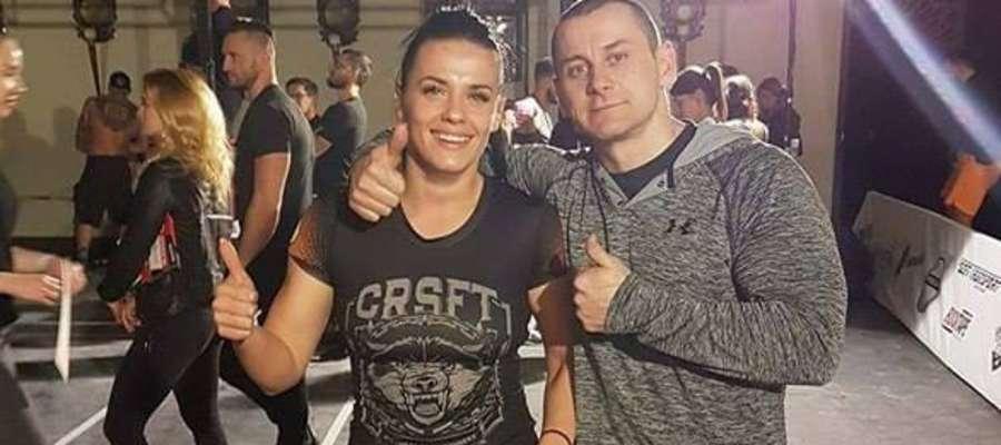 Zawodniczka CrossBoxFit ze swoim trenerem M. Wyszyńskim.