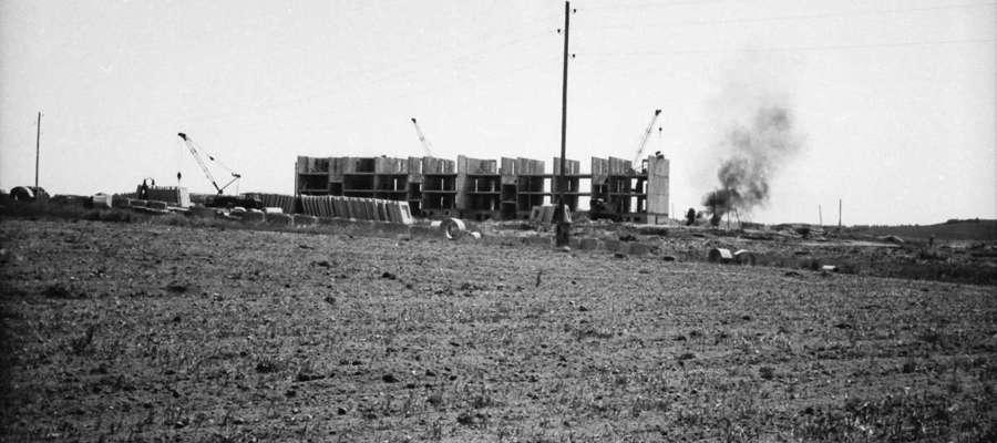 Budowa pierwszego bloku przy ul. Słonecznej. Zdjęcie z ok. 1977 - 1978 r.