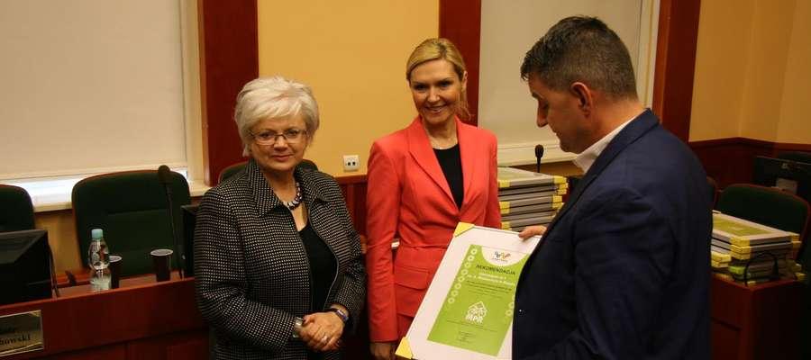 Certyfikaty miejsca przyjaznego rowerzystom wręczono w czasie spotkanie w Urzędzie Marszałkowskim. Fot. Urząd Marszałkowski w Olsztynie.