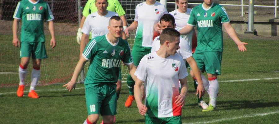 Nikodem Szalkowski (pierwszy z prawej) - autor gola na wagę 3. punktów