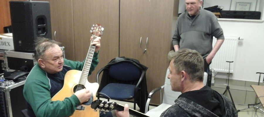Dwaj muzycy Synkopy kontra gitarzysta Dr Watt. Próby wspólnego projektu są bardzo owocne.