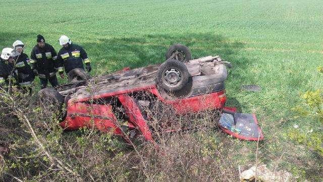 Opel kierowany przy pijanego mężczyznę dachował w okolicy Lisek w gm. Sępopol. - full image
