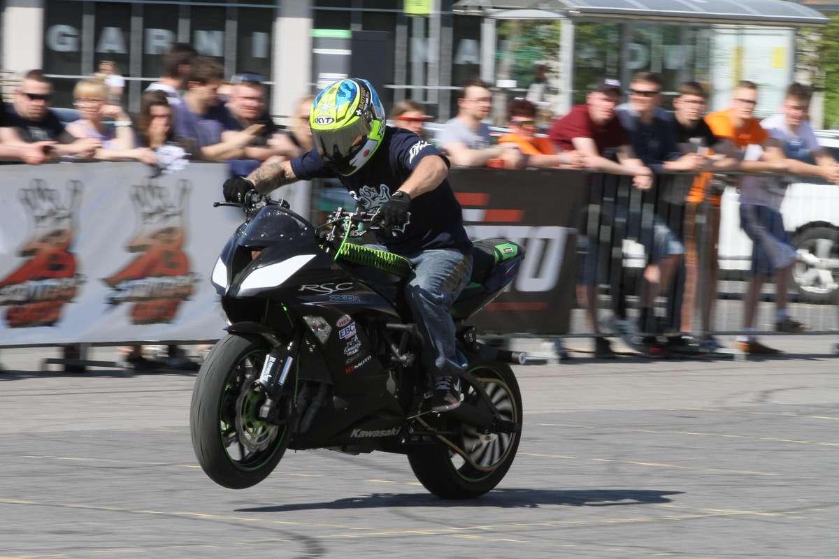 Stunters Battle  Olsztyn -  Stunters Battle, tzn. pokaz stuntu motocyklowego podczas olsztyńskich juwenaliów. - full image