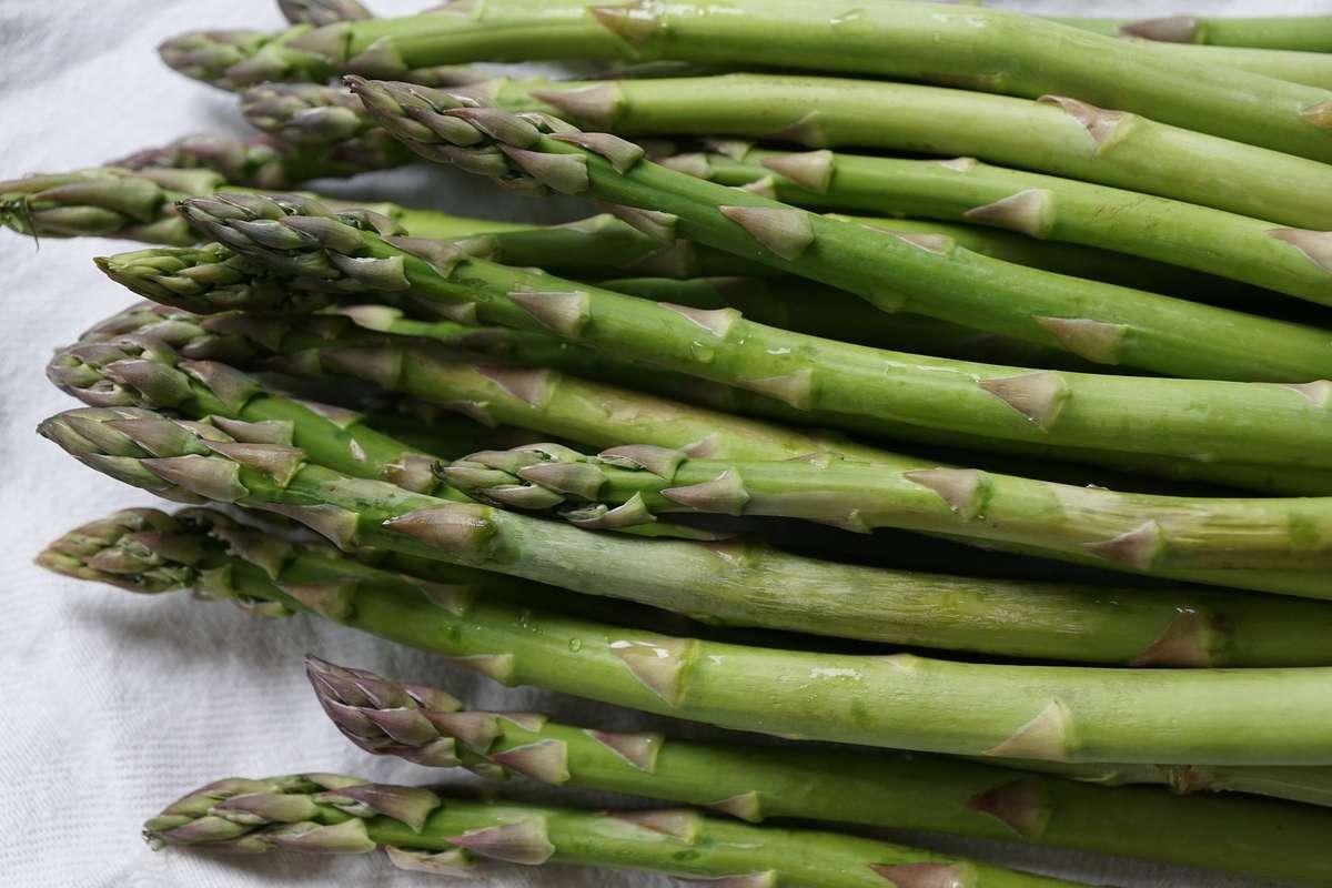 Sezon na szparagi - co w sobie mają i jak je jeść? - full image
