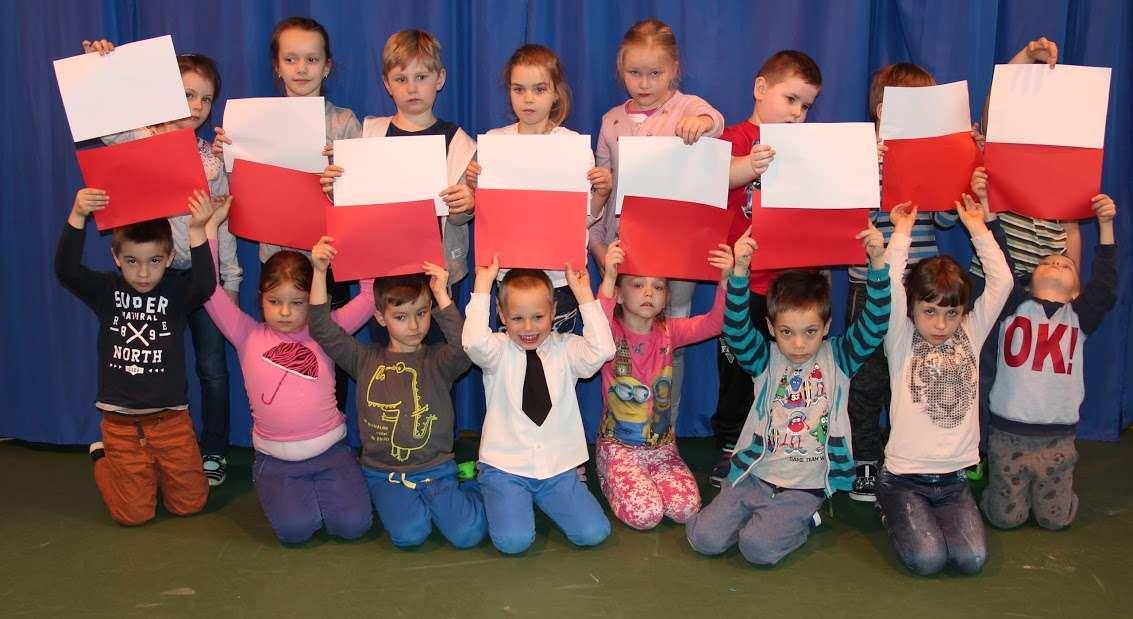 Dzieci ułożyły biało - czerwonąflagę z kartek
