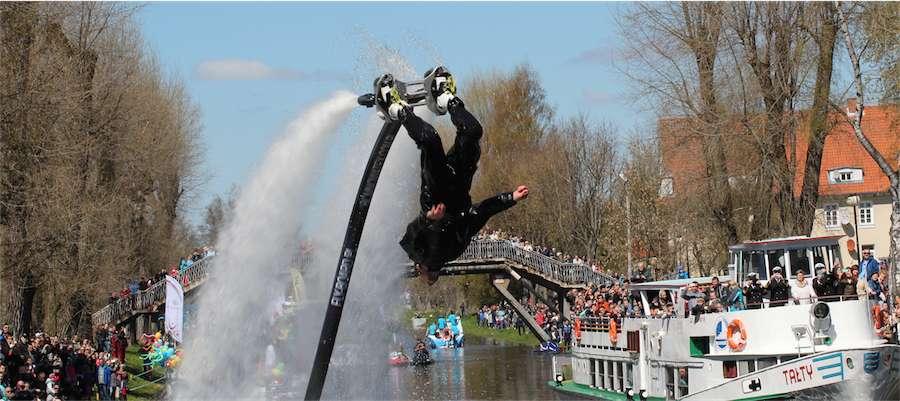 Paradę rozpoczęły akrobatyczne pokazy z wykorzystaniem flyboardu - full image