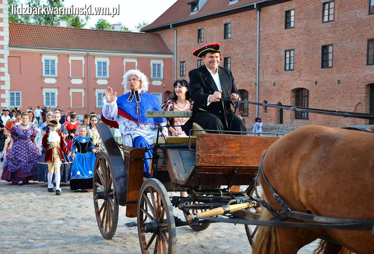 Po 200 latach biskup Ignacy Krasicki ponownie wjechał uroczyście do Lidzbarskiego zamku - full image