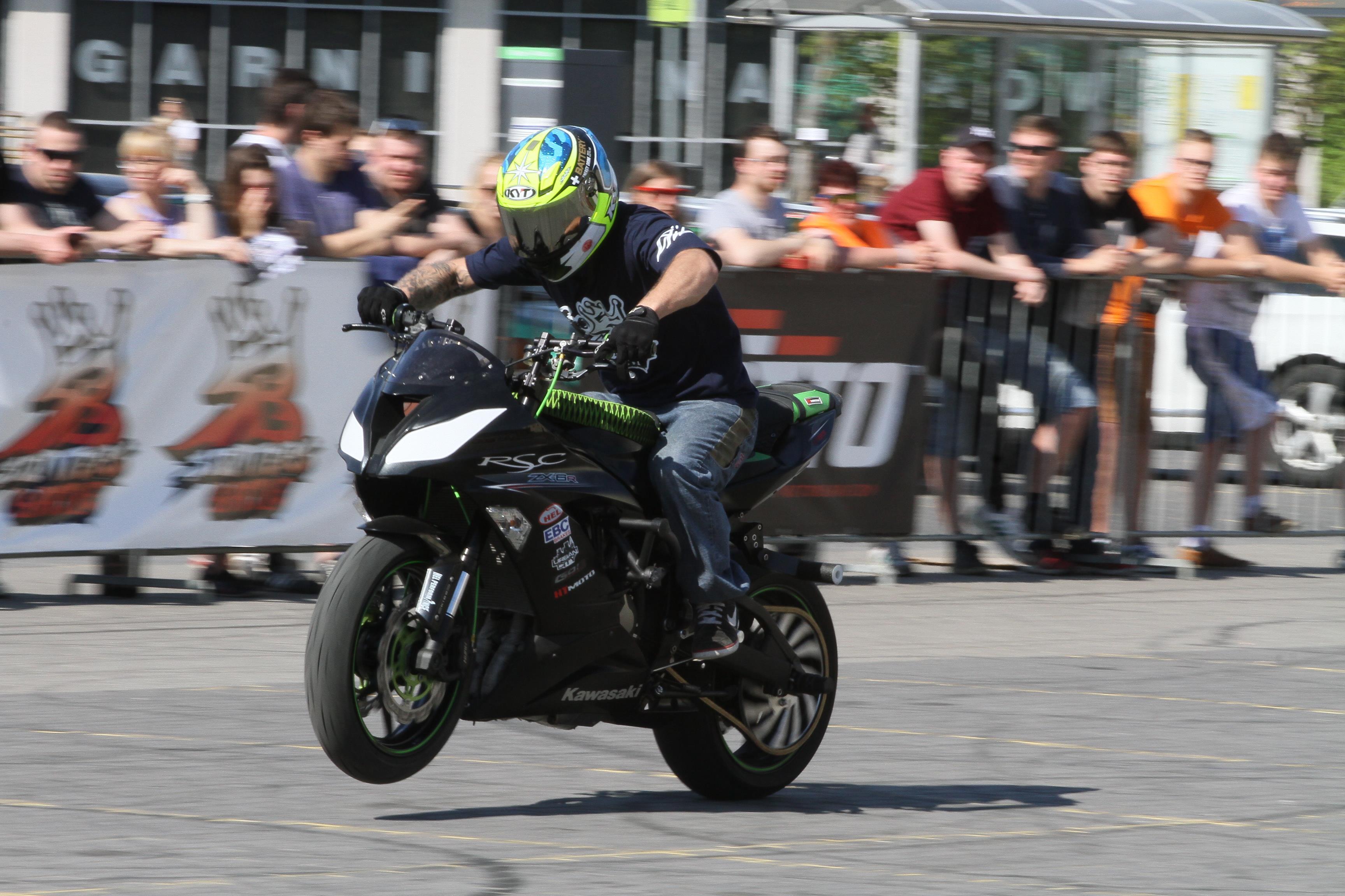 Stunters Battle  Olsztyn -  Stunters Battle, tzn. pokaz stuntu motocyklowego podczas olsztyńskich juwenaliów.