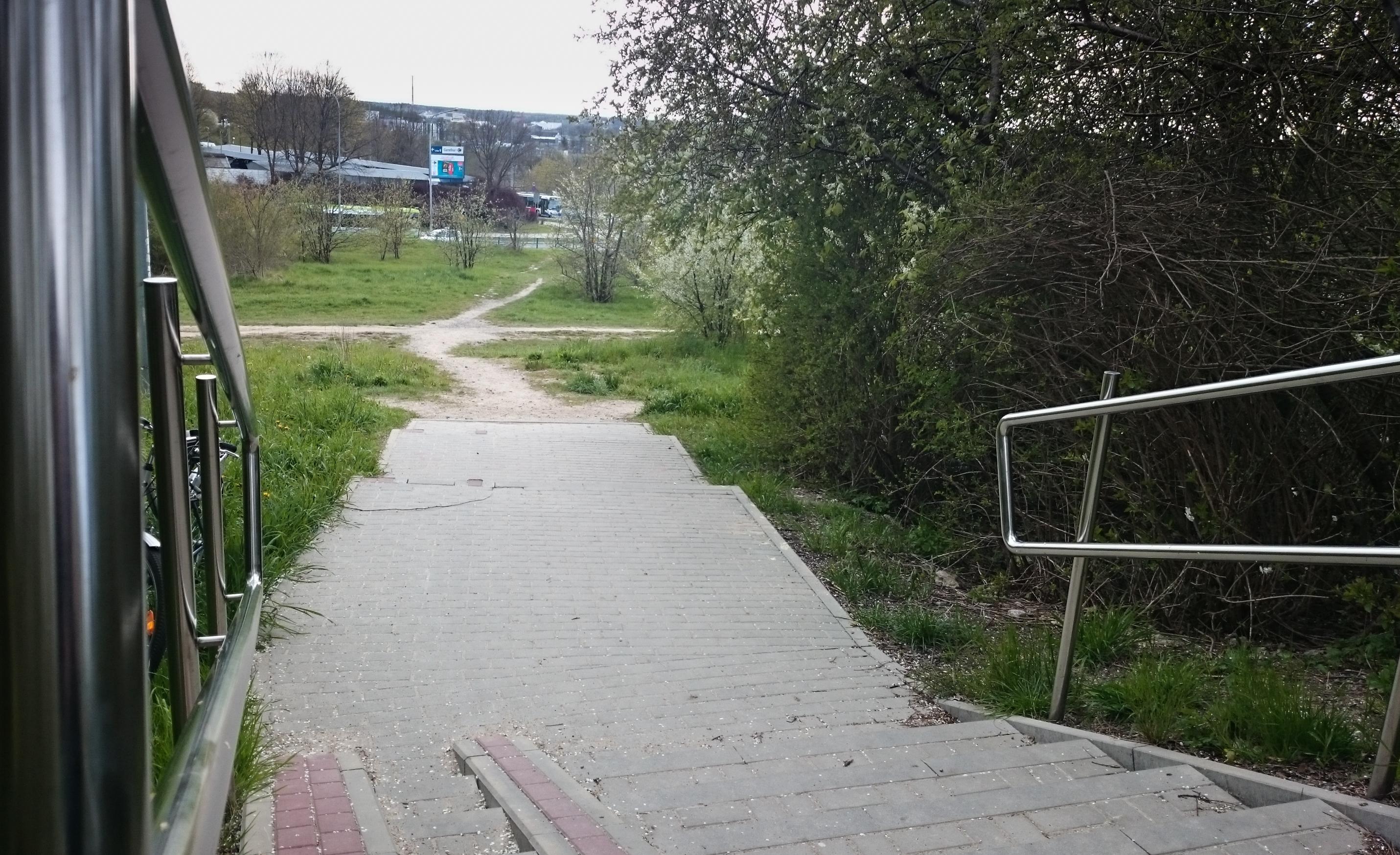 Mieszkańcy osiedla Mazurskiego proszą władze miasta o 100 metrów chodnika.