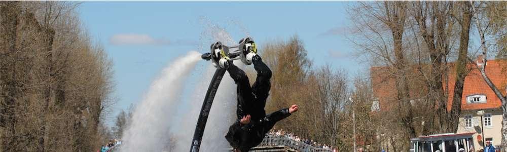 Paradę rozpoczęły akrobatyczne pokazy z wykorzystaniem flyboardu