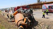 Zderzenie betoniarki z wojskowym busem. Dwie osoby w szpitalu, droga zablokowana [ZDJĘCIA i FILM] [AKTUALIZACJA]