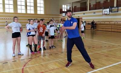 W SP7 w Olsztynie piłka ręczna króluje. Trening z zawodowcami