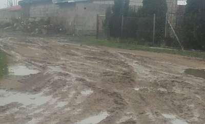 Mieszkanka: Gmina obiecuje poprawę drogi i nic nie robi Gmina: Nie możemy rozpocząć prac jak jest mokro