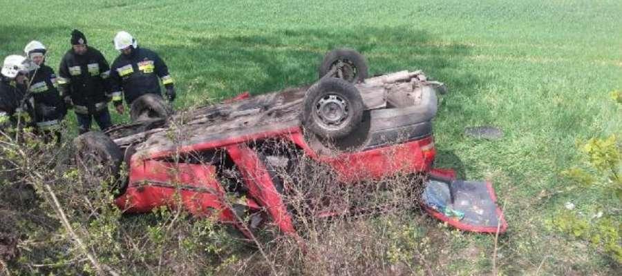 Opel kierowany przy pijanego mężczyznę dachował w okolicy Lisek w gm. Sępopol.