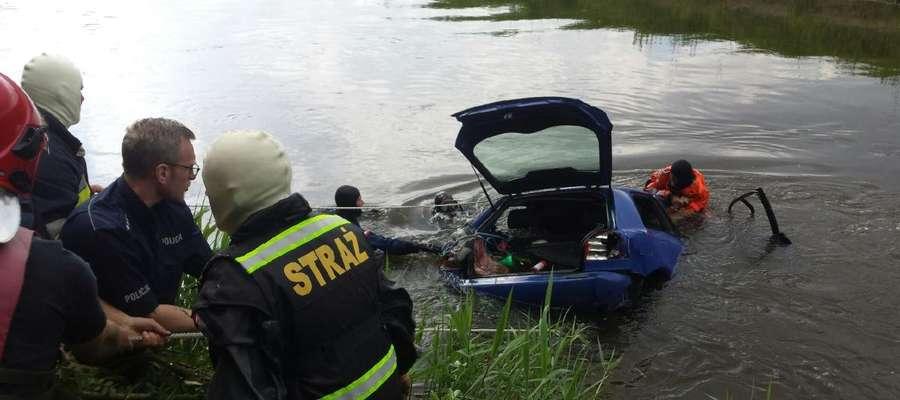 Wjechał autem do Łyny. Kierowca zmarł a czworo pasażerów trafiło do szpitali