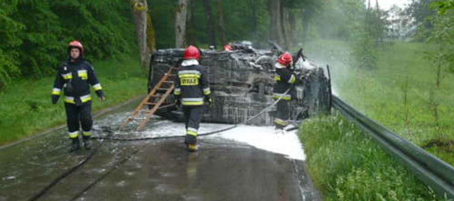 Strażacy ugasili płonącego mercedesa