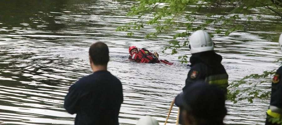 Topiele Wadąg  Olsztyn-Młody mężczyzna, który pływał pontonem po rzecze Wadąg, znalazł ciało 67 letniej kobiety.Straż wydobyła topielca na brzeg. Sprawę jej śmierci wyjaśniać będą policjanci pod nadzorem prokuratora.