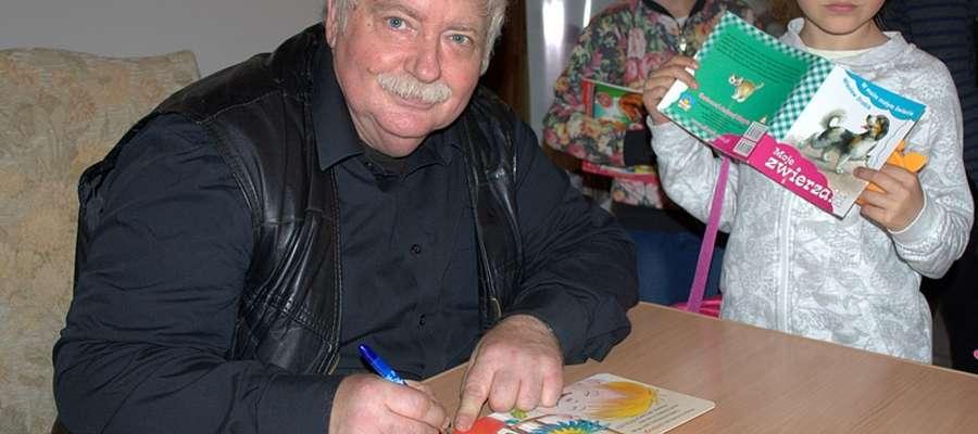 Wiesław Drabik z wielką przyjemnością podpisywał książki przygotowane dla dzieci.