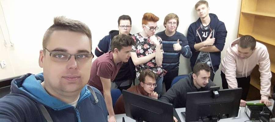 Nauczyciel Krzysztof Sauter (na pierwszym planie) jest opiekunem Uczniowskiego Klubu e-Sportowego Elovego, działającego w LO w Węgorzewie