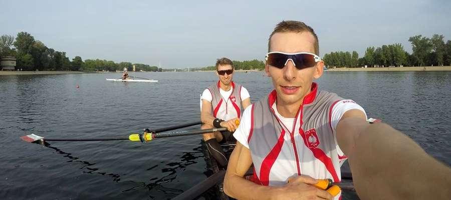 Miłosz Jankowski (na pierwszym planie) w zawodach Pucharu Świata popłynie z nowym partnerem, Jerzym Kowalskim (z tyłu)