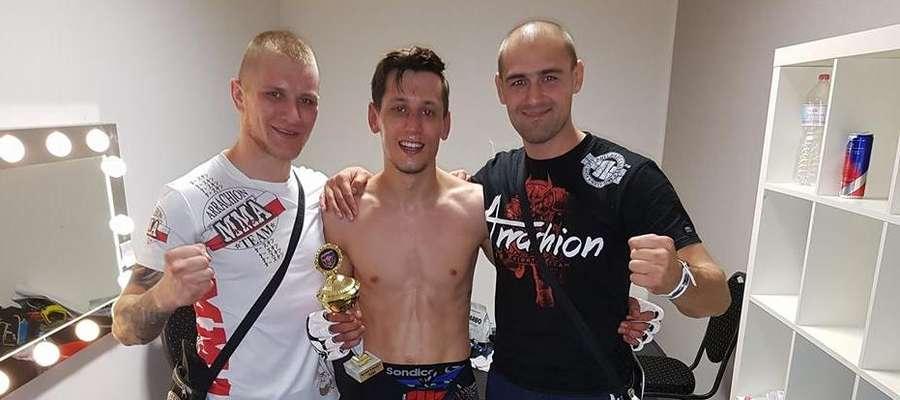 Patrykowi Duńskiemu (w środku) w Dreźnie towarzyszyli Damian Kowalski (z lewej) i trener Dawid Tarasiewicz, wszyscy z Arrachionu Iława