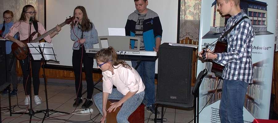 """Oprawą muzyczną podczas rozdania nagród w żuromińskiej bibliotece zajął się zespół """"Silent"""" z Kuczborka"""