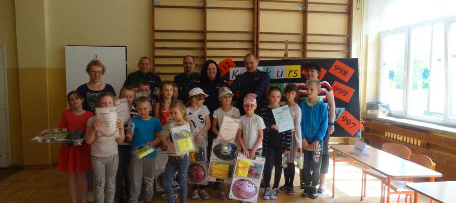 (KPP w Żurominie) Nagrodzeni uczniowie dumnie pozwali z nagrodami