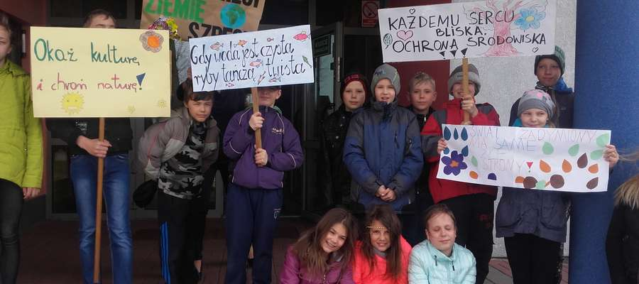 Dzieci z transparentami przeszły przez wieś