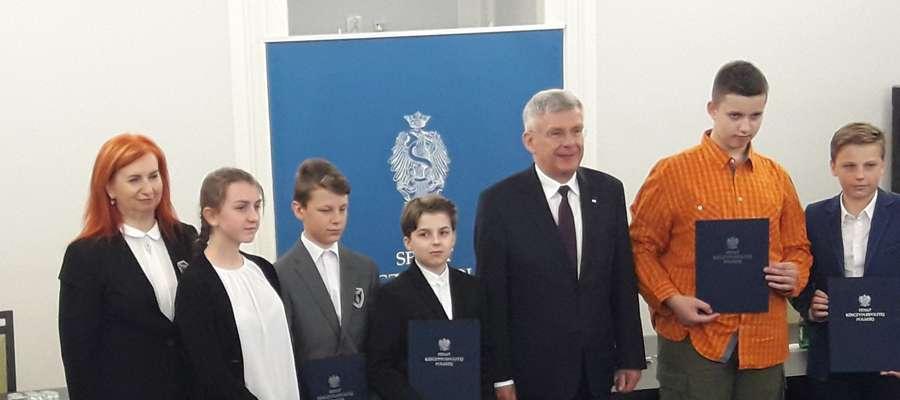 Karolina (druga od lewej) była trzecia w Wojewódzkim Konkursie Wiedzy o Senacie Rzeczypospolitej Polskiej.