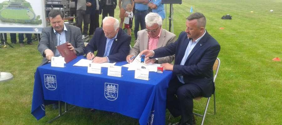 Skarbnik Władysław Litwinowicz, burmistrz Krzysztof Hećman oraz Roman Goździkowski i Adam Tęgowski z firmy Rombud podpisali umowę na przebudowę stadionu.