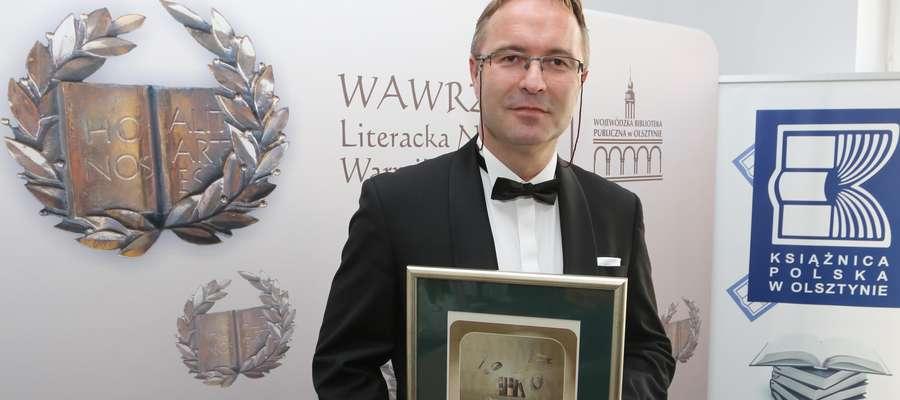 Dyrektor Witold Gagacki z nagrodą dla najlepszej biblioteki Warmii i Mazur 2016 roku.