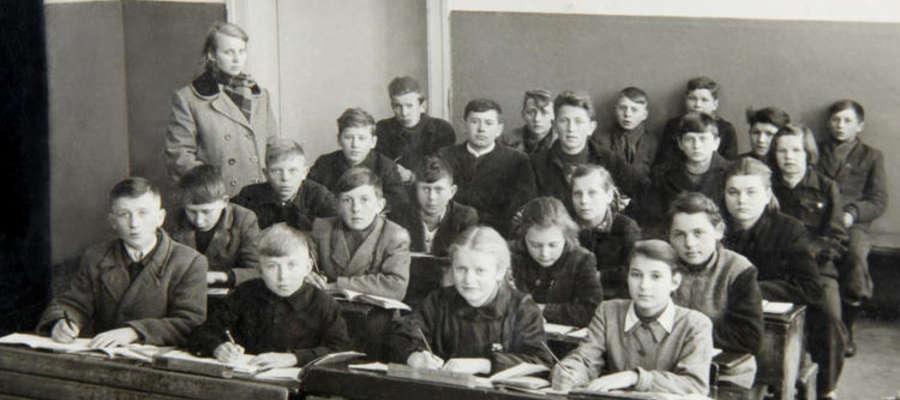 Zdjęcie klasy Edwarda Krajewskiego w Czerwonce, lata 50/60. Fela siedzi w jasnym mundurku pierwsza z prawej. Edward - w trzecim rzędzie, drugi od lewej.