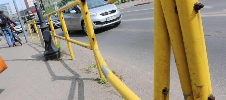 Rondo Bema barierki  Olsztyn - Brzydsza twarz miasta- akcja GO. Nz: uszkodzone barierki przy rondzie bema