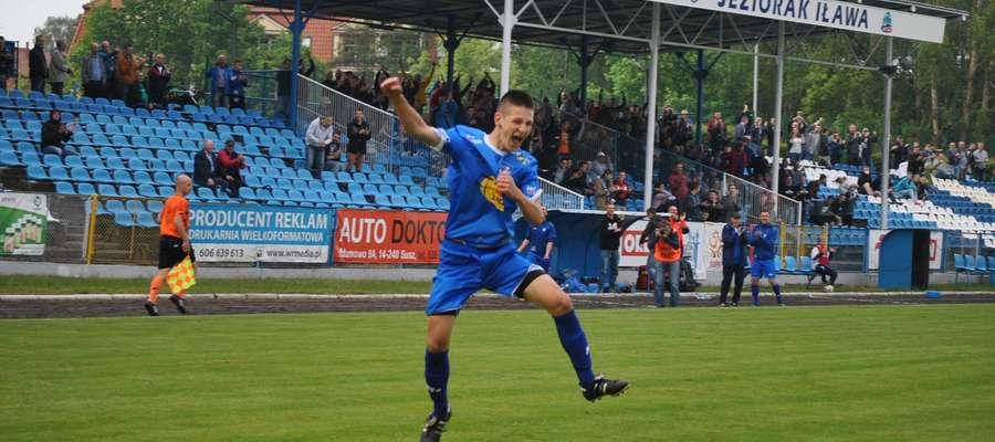 Łukasz Święty zdobył w 88 minucie zwycięską bramkę dla Jezioraka i został bohaterem iławskiego zespołu