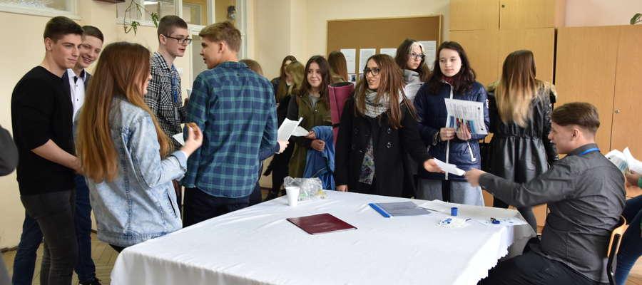 Zespół Szkół Ponadgimnazjalnych nr 2 w Bartoszycach podczas Dnia Otwartego odwiedziło około 200 gimnazjalistów.