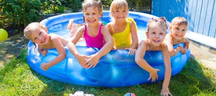 Basen w ogrodzie sprawia dzieciom ogromną radość