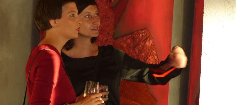 Iga Kalkowska (z lewej strony) odpowiadała o swojej pracy artystycznej gościom wernisażu