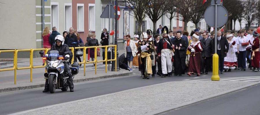 Podczas minionego weekendu w Iławie funkcjonariusze policji oraz strażacy zabezpieczali paradę historyczną ulicami miasta