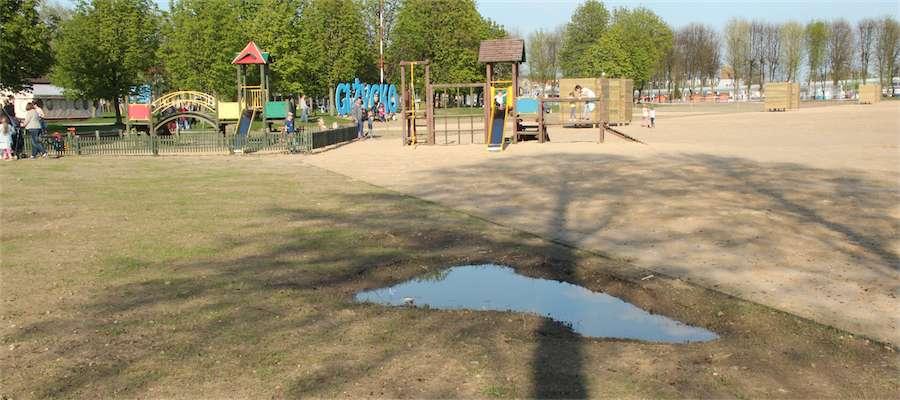 Ziemia zapada się w miejscu zlikwidowanego basenu dla dzieci