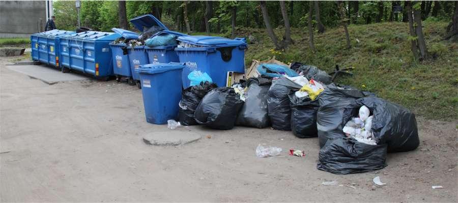 Odpady między parkiem a targowiskiem w Giżycku