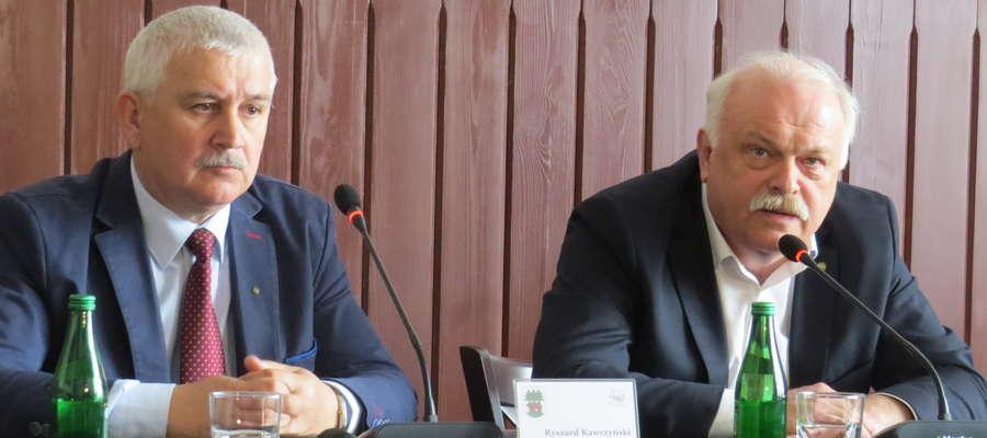 — Jeśli pan ma godność i honor proszę złożyć dymisję i mandat — apelował Krzysztof Hećman do Ryszarda Niedziółki podczas konferencji.