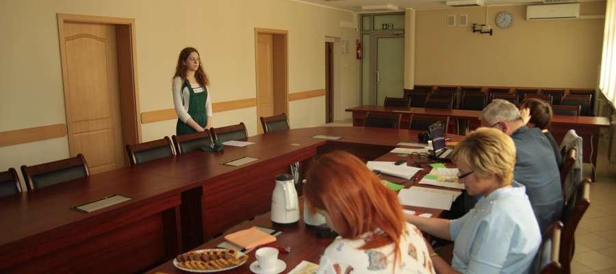 Przed komisją stoi Magdalena Mikulska, zwyciężczyni tegorocznej edycji konkursu