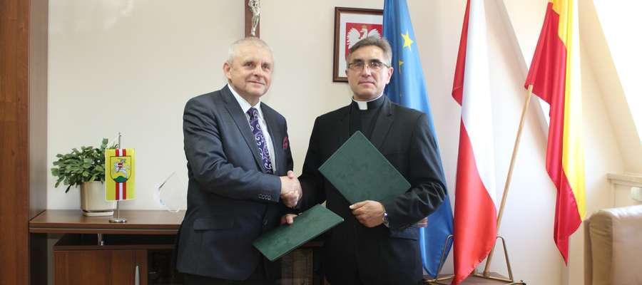 Od lewej burmistrz Pasłęka Wiesław Śniecikowski i rektor uczelni ks. prof. dr hab. Stanisław Dziekoński