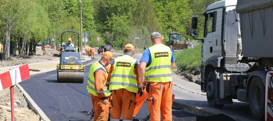 Prace na Zielonej Górce nabierają tempa. Robotnicy kładą asfalt [FILM]