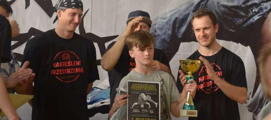 Tomek Borowski z dyplemem za 1. miejsce w kategorii Kids Battle (do 13. lat).