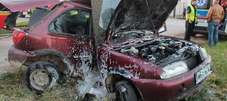 Pijany kierowca uderzył fordem w słup przy drodze w Krzewinie.