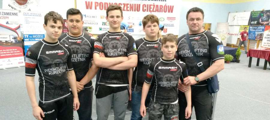 Młodzi zawodnicy z Kurzętnika z trenerem w Siedlcach
