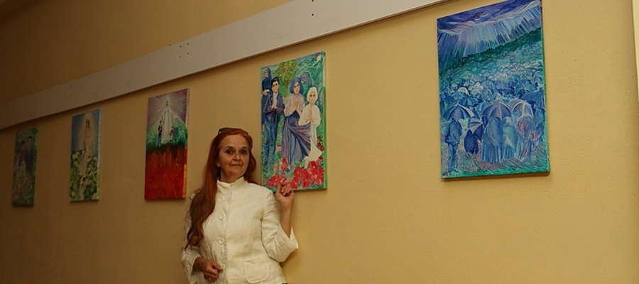 """Marzena Wiśniewska i część obrazów z wystawy """"Fatima - orędzie nadal aktualne"""""""